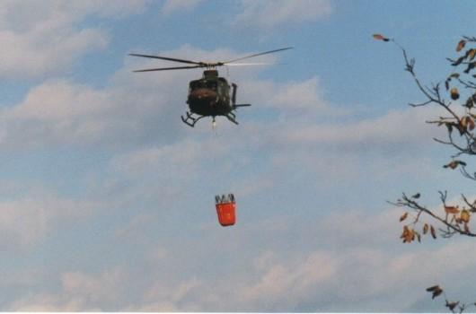 Prikaz gašenja gozdnega požara, helikopter slovenske vojske v Sotini